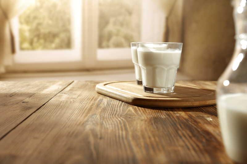 两杯新鲜爽口的牛奶饮品