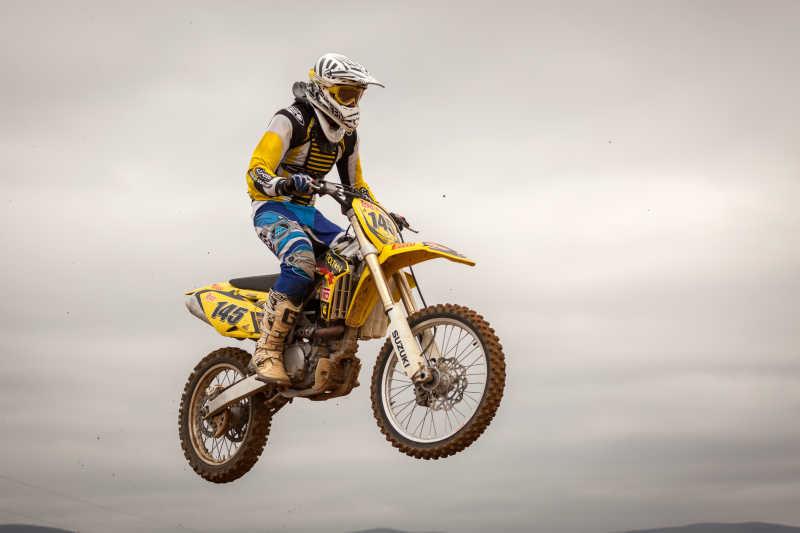 摩托车赛车手跳跃动作