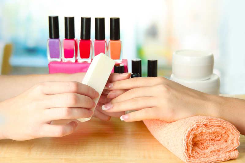 美容院的修指甲过程