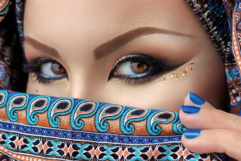 化了妆的戴着盖头的阿拉伯美女
