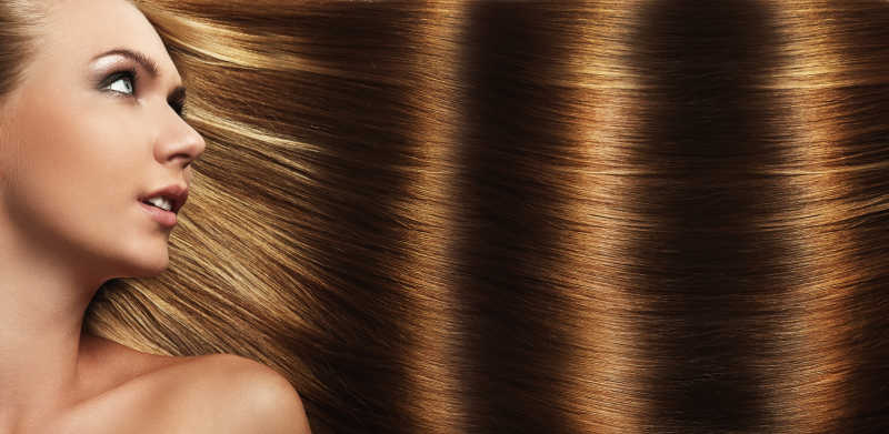 有漂亮棕色头发的女孩