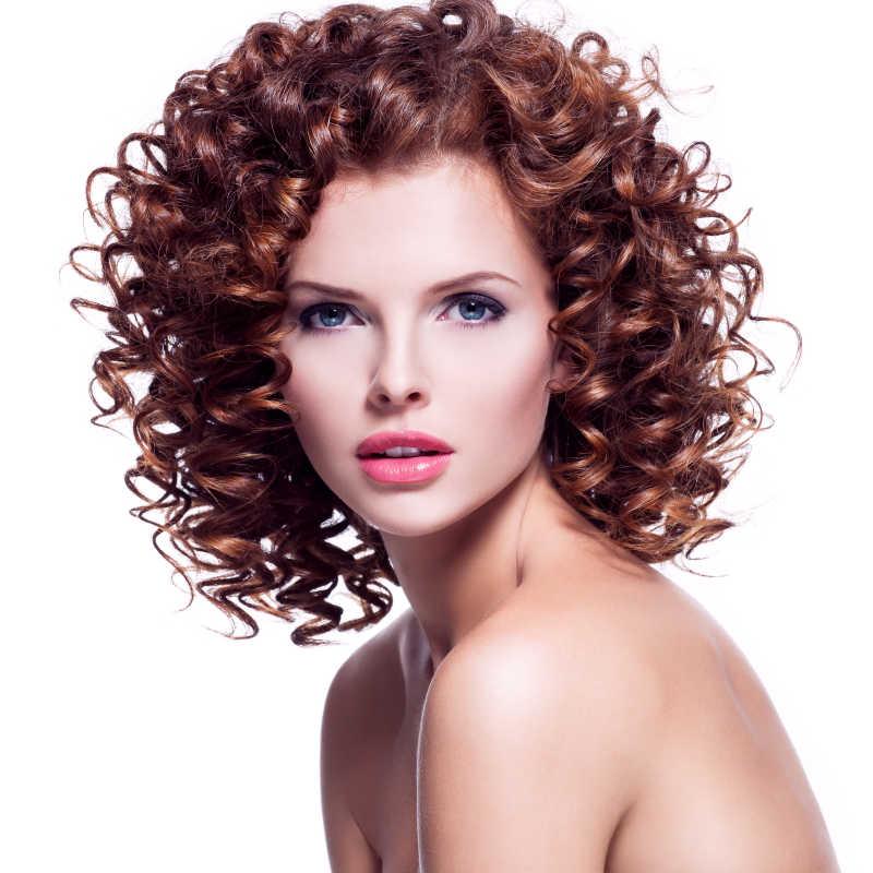 棕色卷曲头发的性感美女