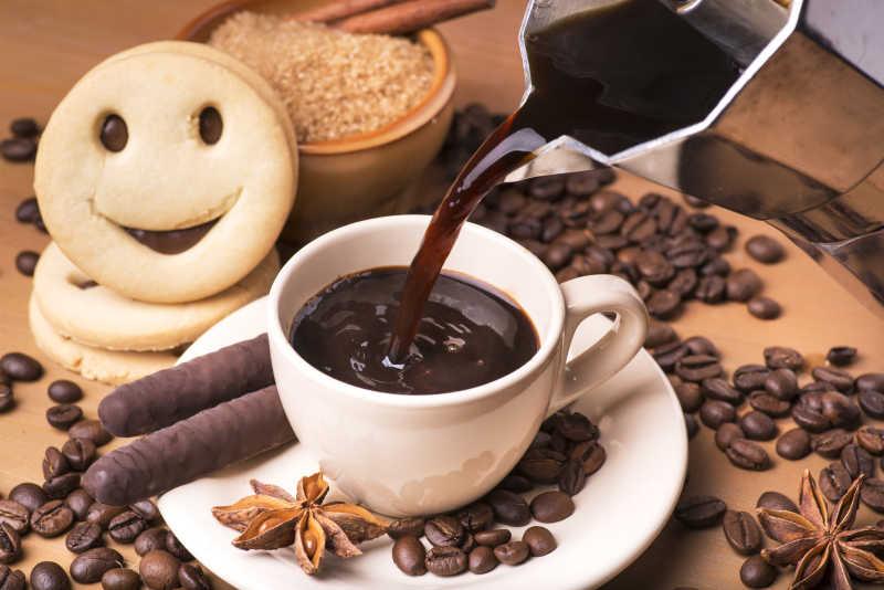 美味的黑咖啡和微笑饼干