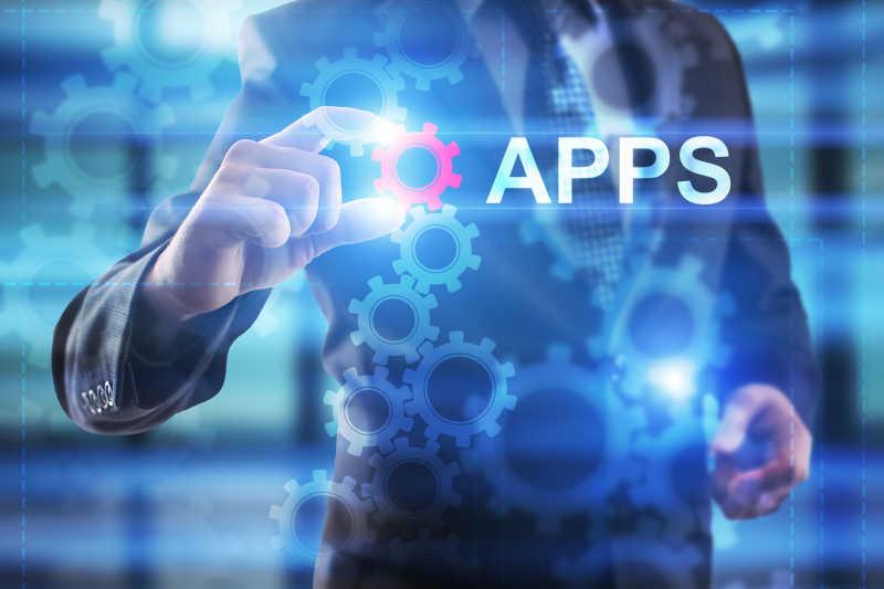 商人正在虚拟屏幕上选择应用程序