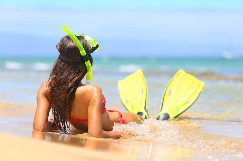 夏日海滩潜水美女的背影