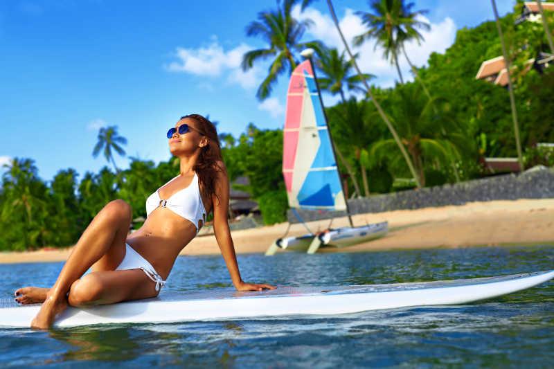夏天海边度假冲浪的美女