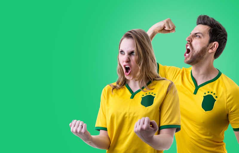 巴西夫妇庆祝绿色背景