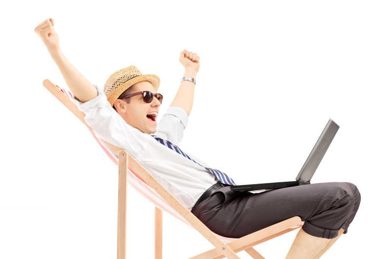沙滩椅上兴奋的年轻人