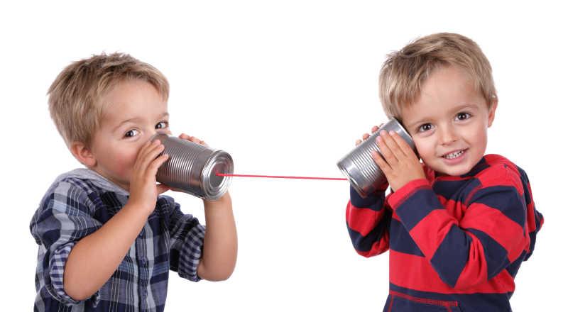 两个小男孩利用传风桶讲话
