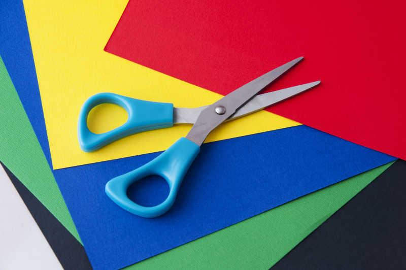 彩色纸和剪刀鲜艳的