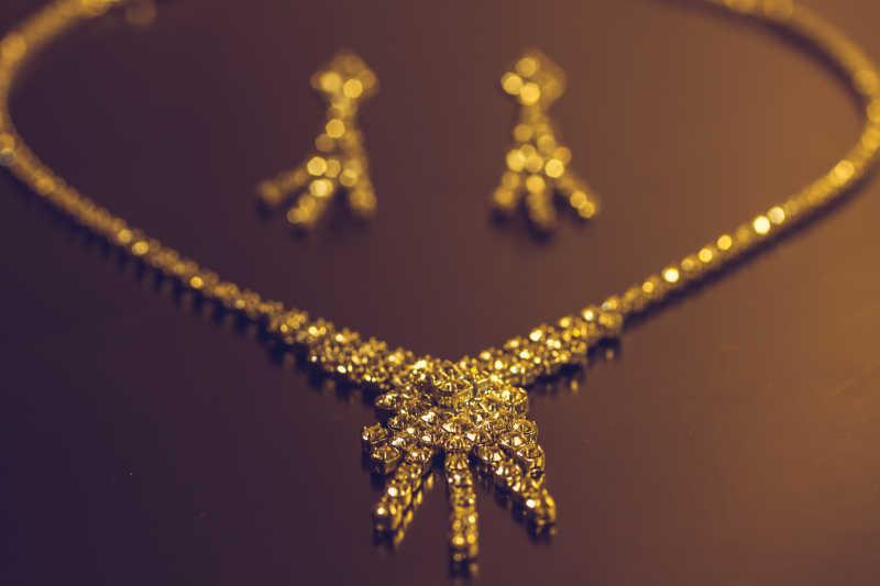 银质项链和耳环