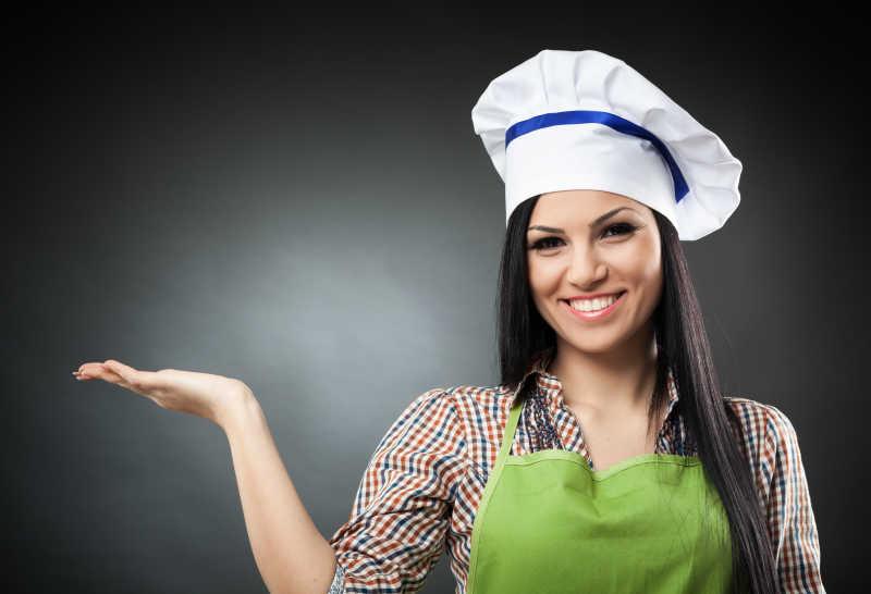美女厨师手呈打开状态