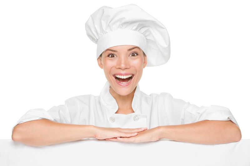 双手平放身前的女厨师