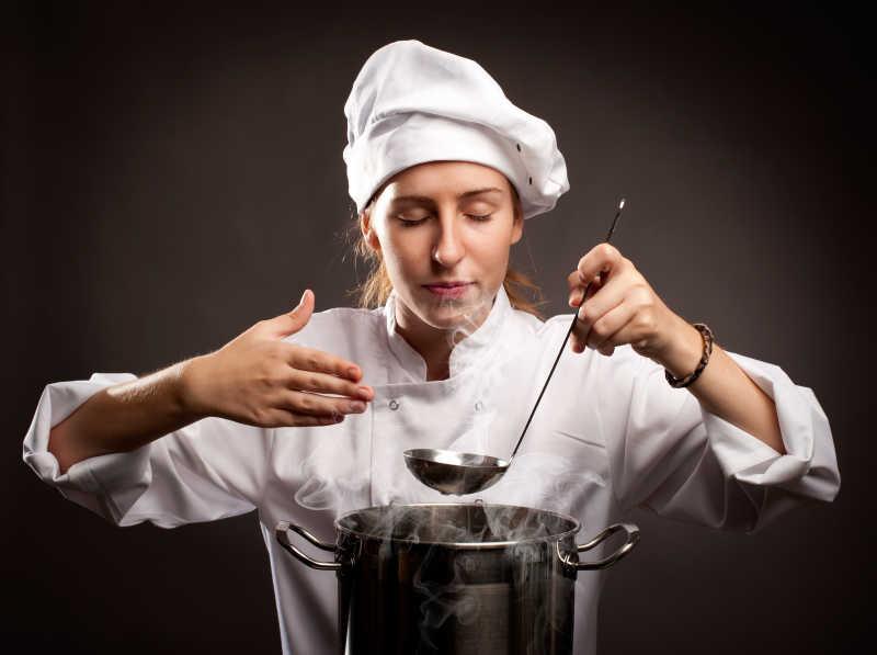 女厨师烹饪