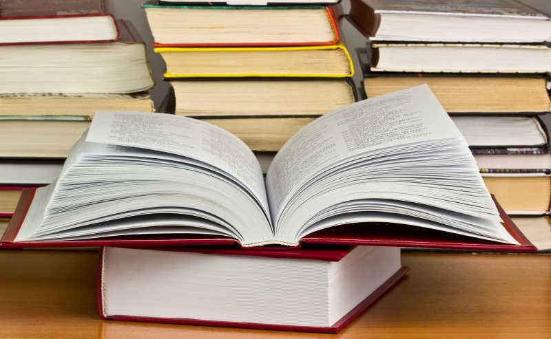 一堆图书馆的书