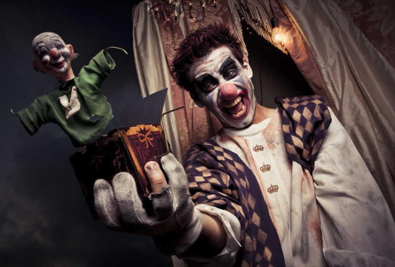 拿着盒子的恐怖小丑
