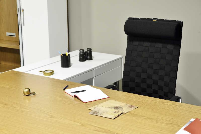 办公室里的桌子