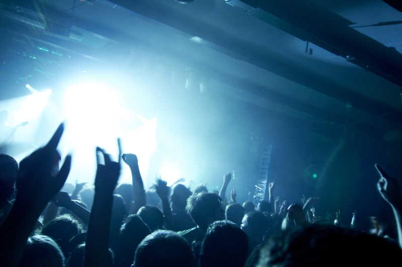 摇滚音乐会有乐趣的人的照片