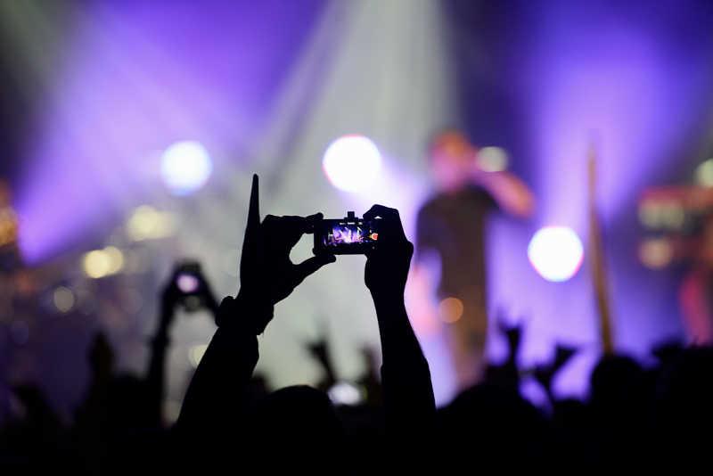 电话录像记录摇滚乐队在音乐会上的演出