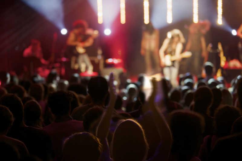 舞台上摇滚乐队与观众现场表演