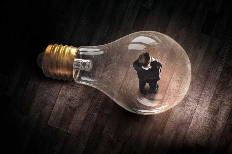 人站在老式电灯泡里面创意