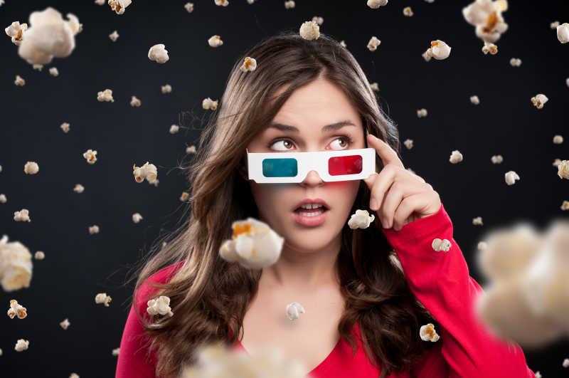 戴着3D眼镜的年轻女性