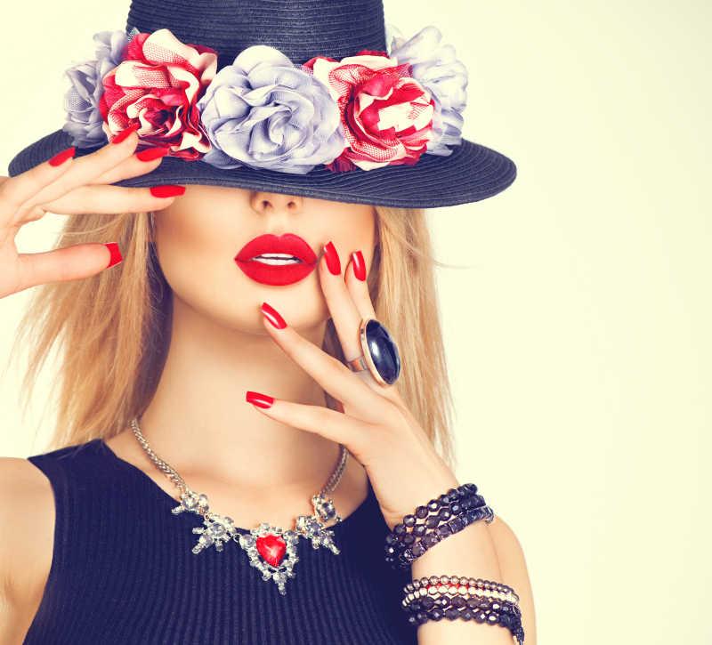 帽子遮住眼睛的时尚金发女郎