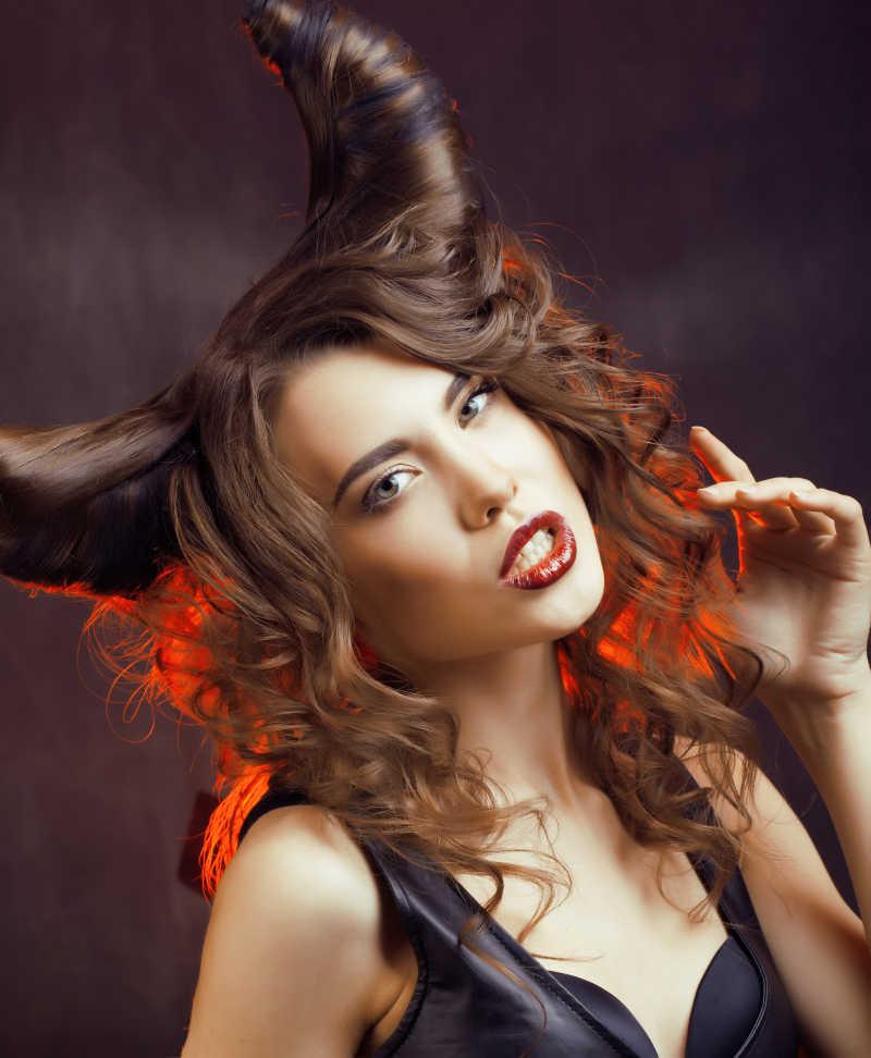 梳着牛角发型的美女歪着头