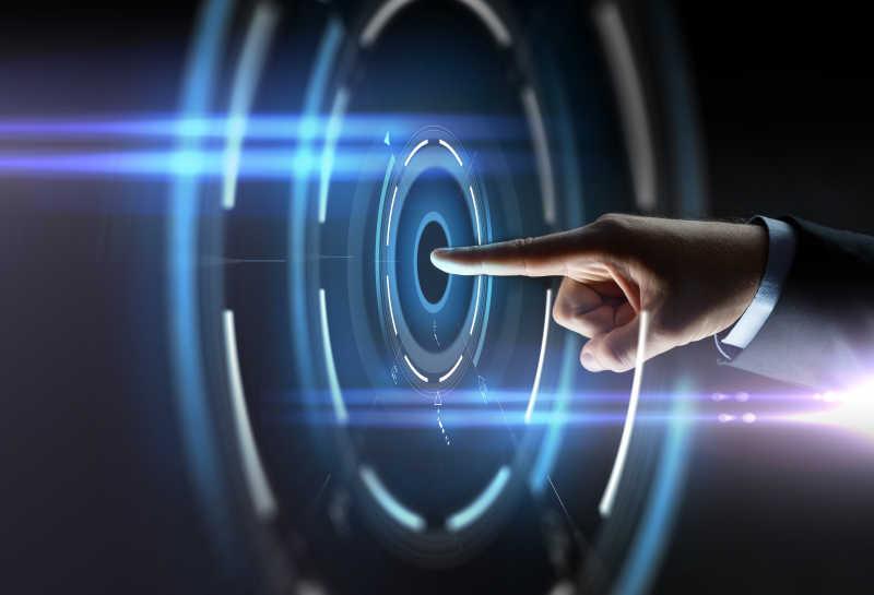 商人手指指向黑色背景下的虚拟投影