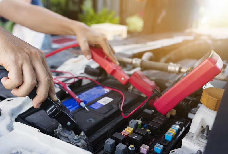 检查汽车的蓄电池