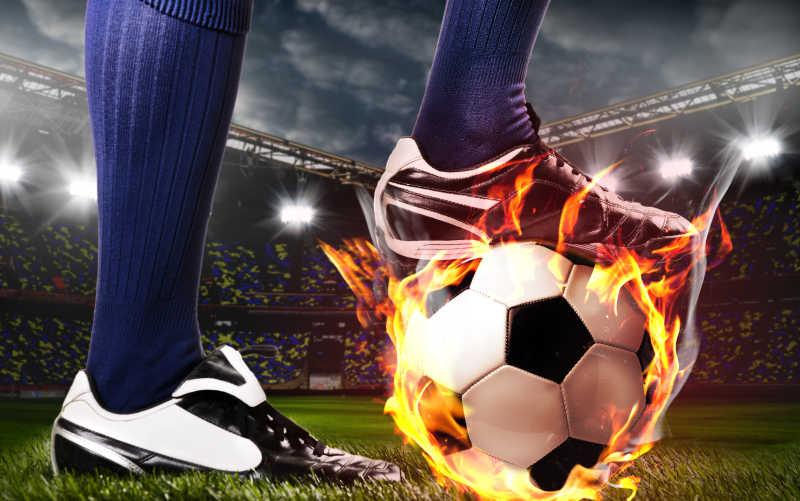 运动员脚踩足球