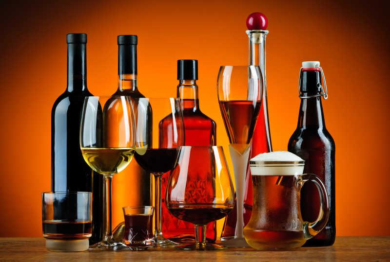 装在各种杯中的葡萄酒