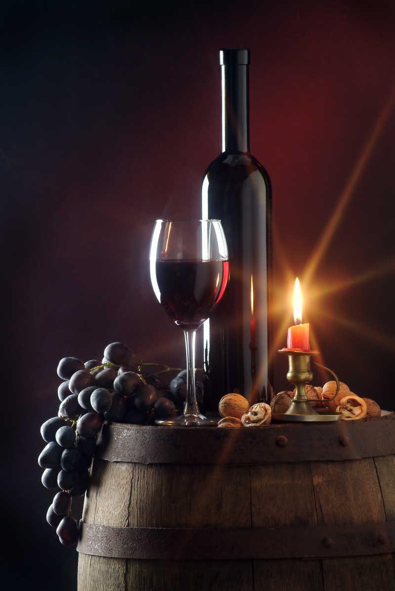 烛光中的葡萄酒与美食
