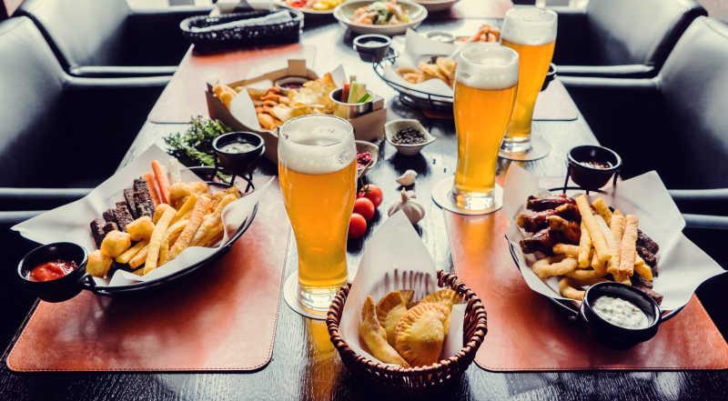 一桌餐饮美食与三杯啤酒
