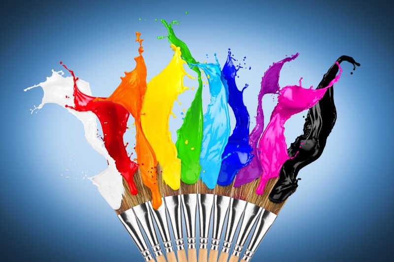 涂有各种颜色的画笔飞溅颜料