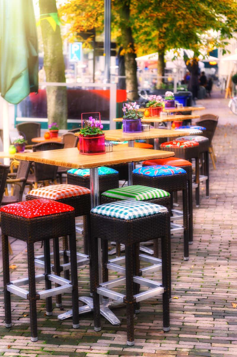 秋天街头简单的咖啡馆桌椅