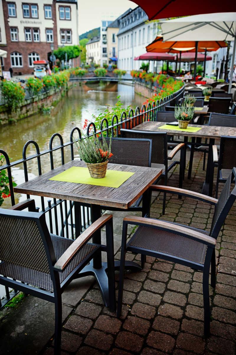 河岸上的咖啡馆座椅
