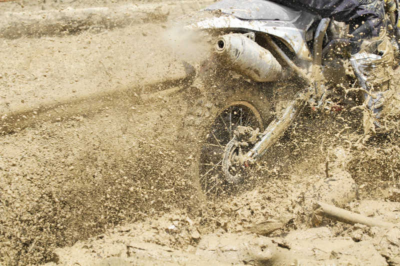 泥泞道路上行驶的赛车
