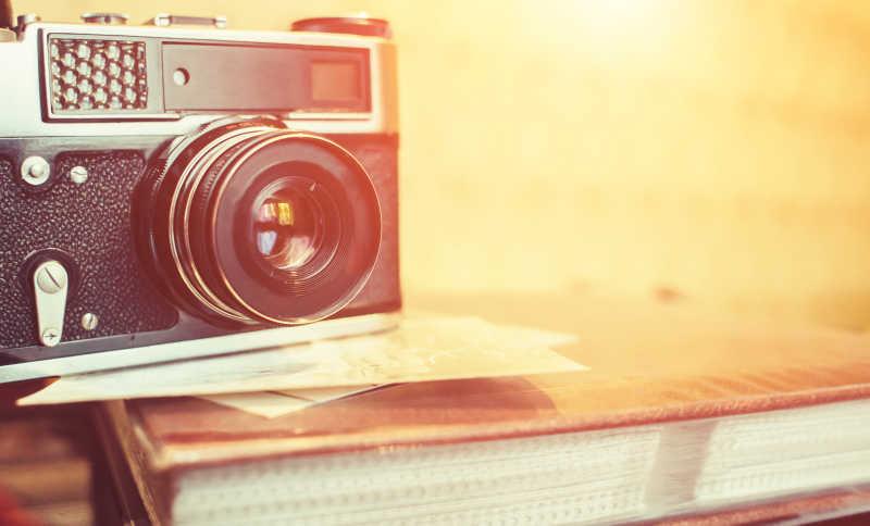 木桌上的相机镜头特写照片