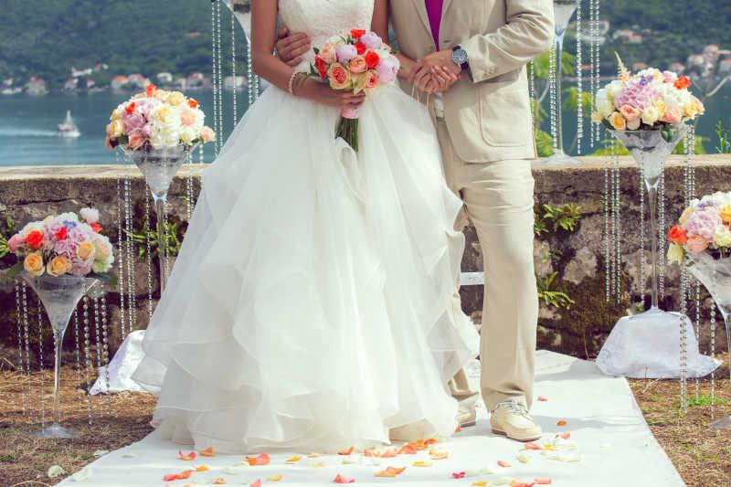 婚礼花束和新娘新郎