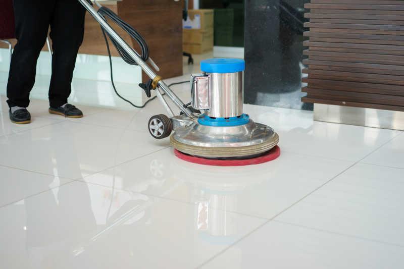 用机器清洗地板