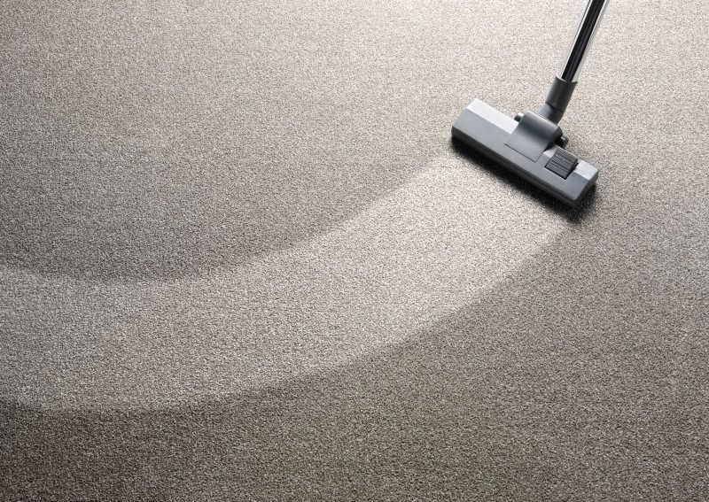 真空吸尘器在地毯上的一个额外的清洁条