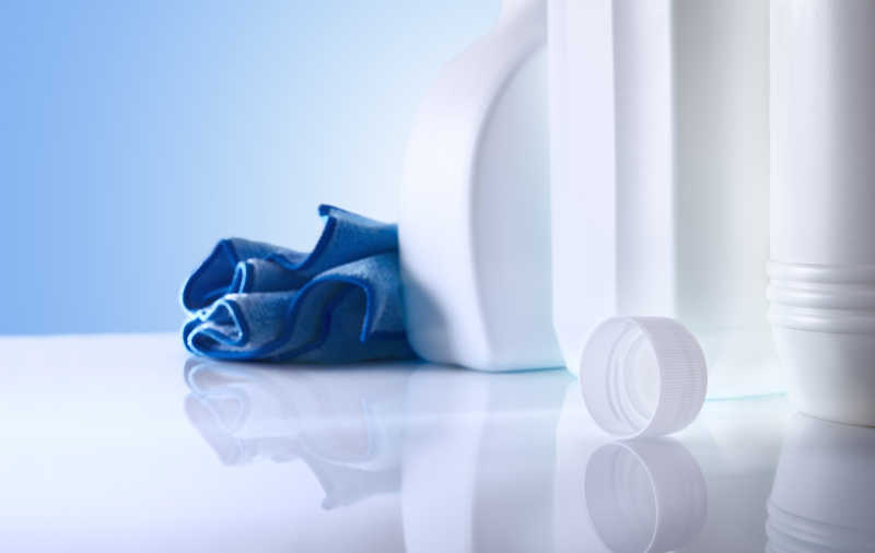 白色桌面和蓝色清洁产品特写