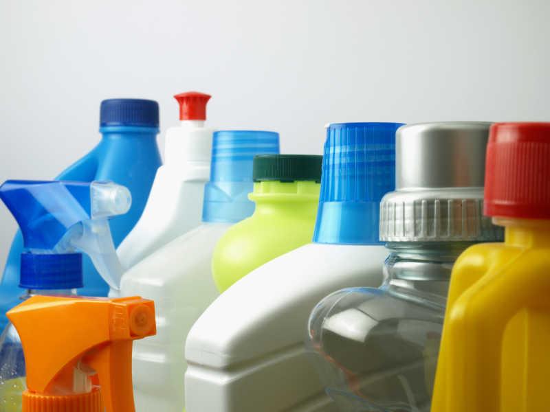 塑料容器里的清洁用品