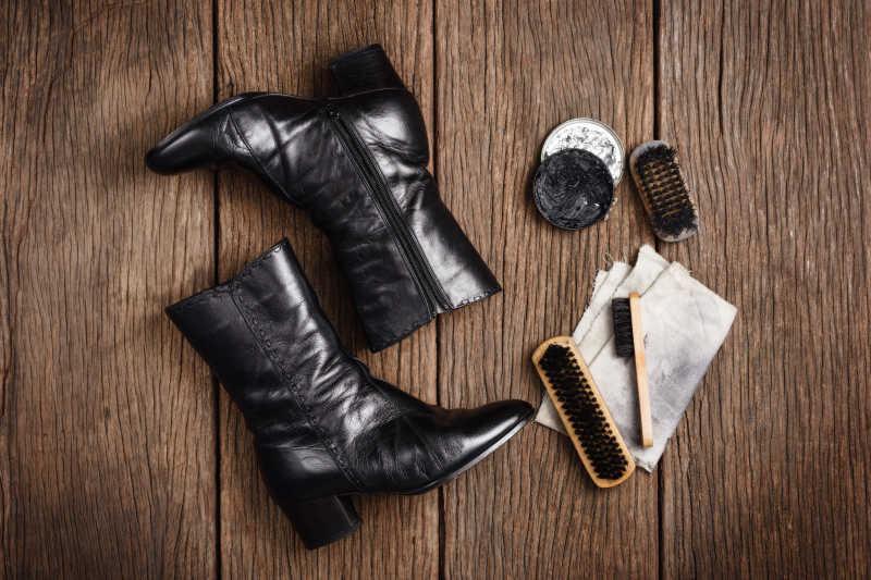 清洁黑色皮鞋靴子的清洁用品俯视图