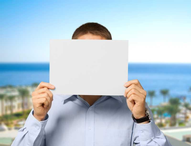 拿白纸挡着脸的男人