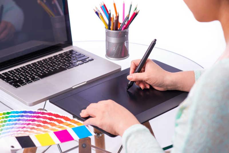 使用图形板设计的时装设计师