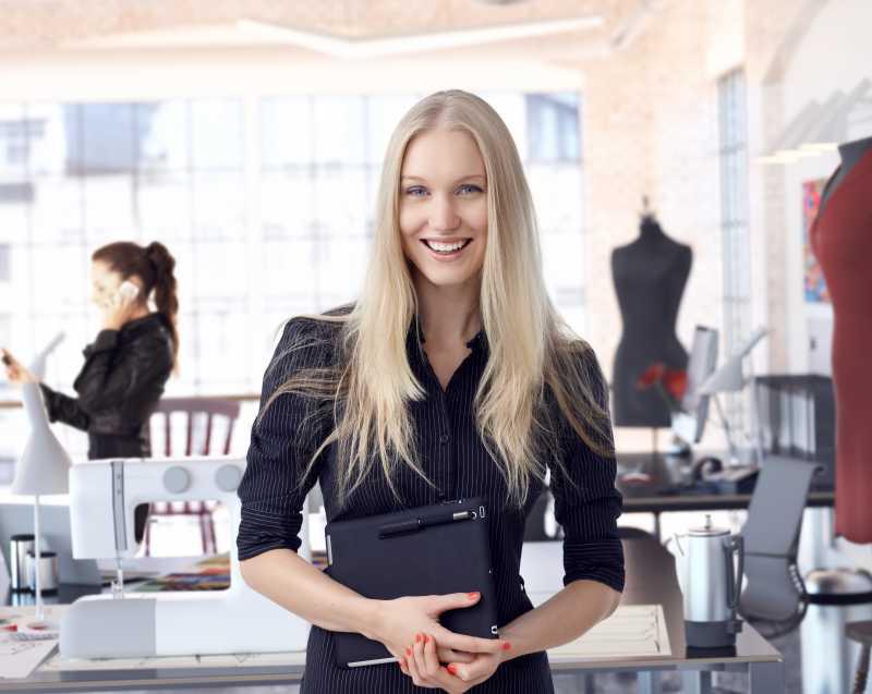 微笑的女时装设计师