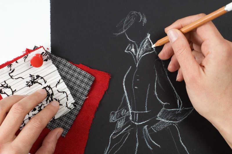 手拿笔素描设计服装