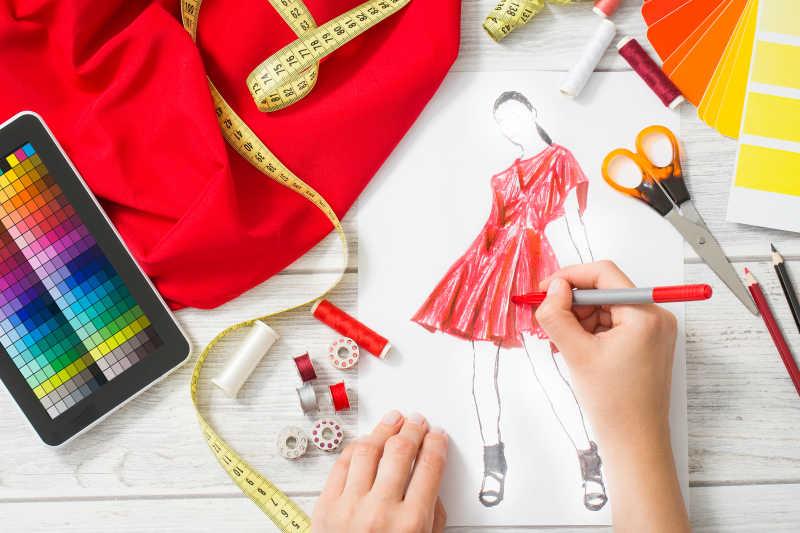 时装设计师在设计衣服样式
